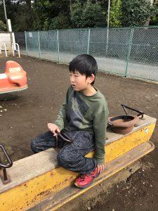 シーソーで遊ぶ男の子