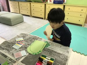 絵画制作をしている男の子