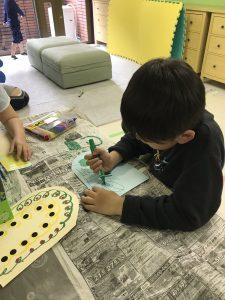 絵を描いている男の子