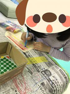 カラーペンで線を描いている女の子
